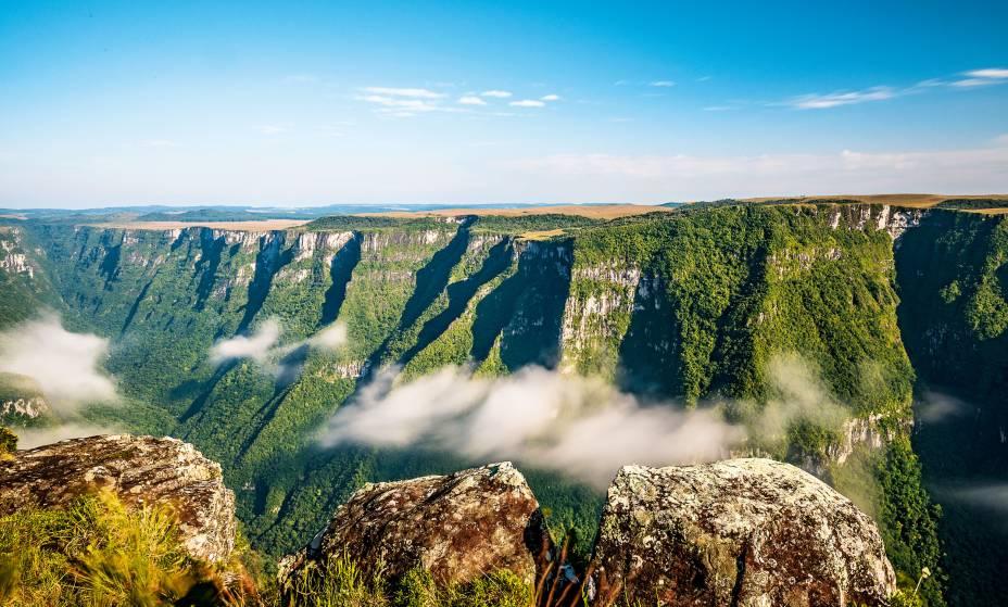 """3. <a href=""""http://viajeaqui.abril.com.br/estabelecimentos/br-rs-cambara-do-sul-atracao-parque-nacional-da-serra-geral"""" rel=""""Parque Nacional da Serra Geral"""" target=""""_blank"""">Parque Nacional da Serra Geral</a>    Para onde quer que se olhe, veem-se paredões cobertos de vegetação, alguns chegando a 700 metros de altura. E, no meio deles, surgem cânions – o mais famoso é o da Fortaleza –, rios e trilhas. Localizado na divisa de Santa Catarina e Rio Grande do Sul, o Parque Nacional da Serra Geral fica ainda mais mágico à tarde, quando a cerração faz com que as muralhas pareçam flutuar entre as nuvens. Dib conseguiu esta foto durante um trabalho feito em parceria com a Associação das Empresas de Ecoturismo e Turismo de Aventura (Abeta)"""