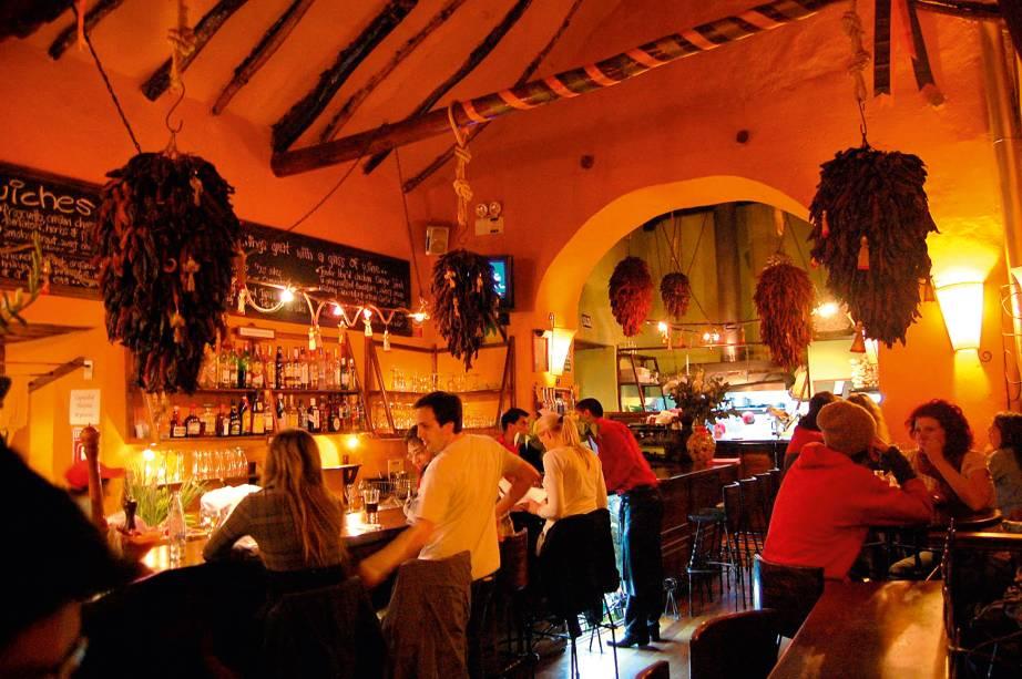 """<a href=""""http://www.cicciolinacuzco.com/"""" rel=""""Cicciolina"""" target=""""_blank""""><strong>Cicciolina</strong></a>Um restaurante contemporâneo para o jantar com comida excelente é o Cicciolina. Tudo de muito bom gosto, a mistura de bistrô e bar, com paredes vermelhas, tudo à meia-luz, faz do Cicciolina um point concorrido e megacharmoso"""