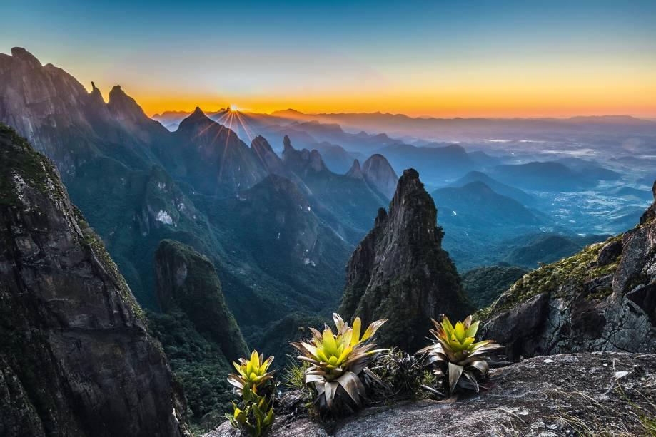"""2. <a href=""""http://viajeaqui.abril.com.br/estabelecimentos/br-rj-petropolis-atracao-parque-nacional-da-serra-dos-orgaos"""" rel=""""Parque Nacional da Serra dos Órgãos"""" target=""""_blank"""">Parque Nacional da Serra dos Órgãos</a>    O Parque Nacional da Serra dos Órgãos, no Rio de Janeiro, reúne alguns dos conjuntos de montanhas mais impressionantes do país. Não à toa, também é o queridinho dos praticantes de escalada e rapel. Sua estrela é o Dedo de Deus, o primeiro pico a ser escalado oficialmente no Brasil. A imagem foi feita do mirante conhecido como Portais de Hércules. """"Para acessá-lo, tive de fazer a <a href=""""http://viajeaqui.abril.com.br/estabelecimentos/br-rj-petropolis-atracao-travessia-petropolis-teresopolis"""" rel=""""travessia Petrópolis–Teresópolis"""" target=""""_blank"""">travessia Petrópolis–Teresópolis</a>, desviando um pouco da rota convencional"""", diz o fotógrafo"""