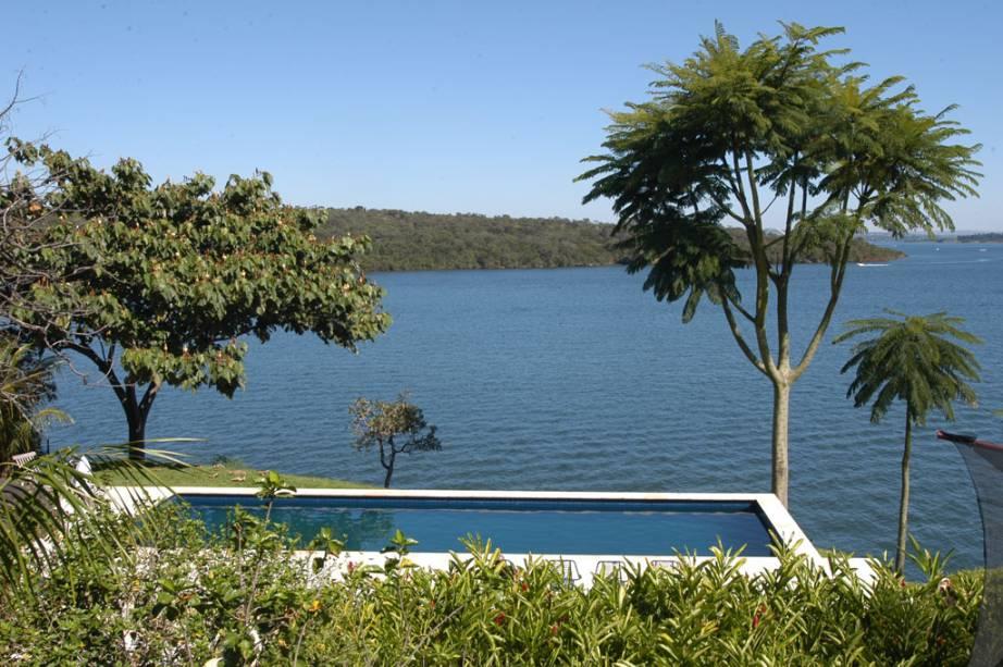 Restaurante Aquavit, em Brasília, tem piscina na varanda de frente para o rio