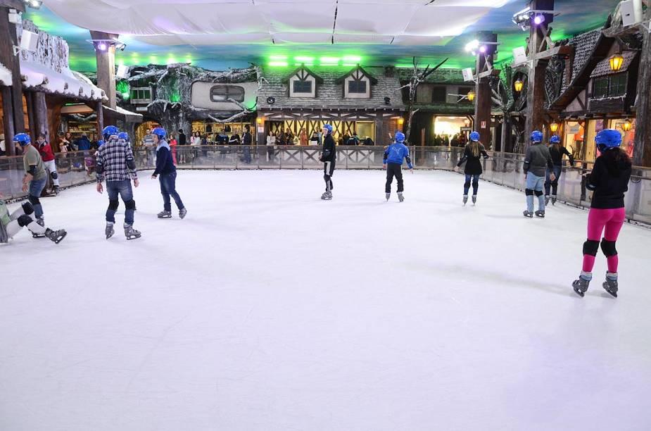 A pista de patinação no gelo está entre as atrações – é possível ter aulas com patinadores profissionais