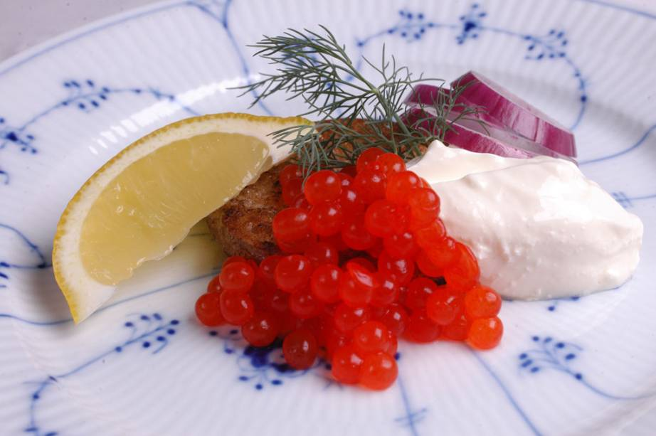 Prato do Aquavit, Blinis é feito de farinha sarracena e servido com ovas de salmão e sous cream, dill e limão siciliano