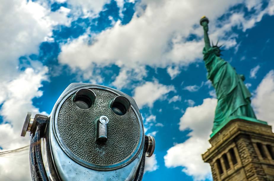 """A pequena ilha tem serviços gratuitos de fones de ouvido com vários idiomas e velhos """" binóculos"""" que funcionam com moedas onde é possível admirar Manhattan"""