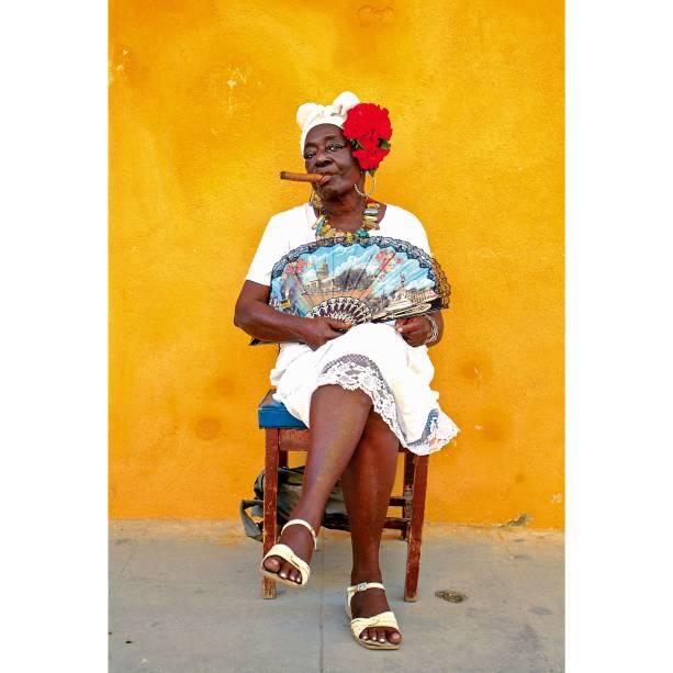 """<a href=""""http://viajeaqui.abril.com.br/paises/cuba"""" rel=""""Cuba"""" target=""""_blank""""><strong>Cuba</strong></a>Embora muitas pessoas cobrem para serem fotografadas, não falta autenticidade nas ruas de Havana. A revolução, e tudo o que ela representou, está em toda parte, mas é preciso saber encontrá-la além do sinais exteriores: converse com quem você puder, compre charutos e, se possível, hospede-se na casa de um cubano"""