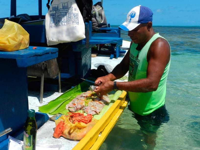 Além de barqueiro, Dodô também prepara um peixe na folha de bananeira pra lá de bom