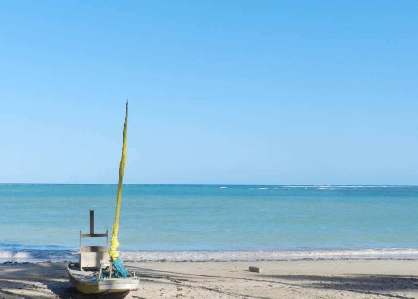 """<a href=""""http://viajeaqui.abril.com.br/cidades/br-al-sao-miguel-dos-milagres"""" target=""""_blank"""" rel=""""noopener""""><strong>São Miguel dos Milagres (AL) </strong></a> O vilarejo simples serve de base para uma das mais deslumbrantes praias do litoral alagoano. A Praia do Patacho, que também está entre as mais lindas do Brasil, pertence ao município de Porto de Pedras, mas fica a apenas 10 km de Milagres. Na sua cota de elementos para praias paradisíacas estão: coqueiros por toda a praia deserta, águas translúcidas e """"azul bebê"""", piscinas naturais, areia branca e fina e uma lua cheia que nasce no mar quando é dia <a href=""""http://www.booking.com/city/br/sao-miguel-dos-milagres.pt-br.html?aid=332455&label=viagemabril-voltapelobrasil"""" target=""""_blank"""" rel=""""noopener""""><em>Veja hotéis em São Miguel dos Milagres no booking.com</em></a>"""
