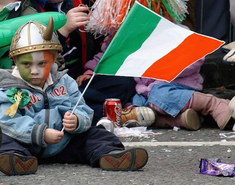 """O dia nacional mais celebrado internacionalmente é, provavelmente, o Dia de Saint Patrick. O santo protetor da ilha verde é lembrado em todos os países onde há grandes comunidades irlandesas.Canadá, Estados Unidos, Austrália, Inglaterra e Nova Zelândia, além da própria <a href=""""http://viajeaqui.abril.com.br/paises/irlanda"""" target=""""_blank"""">Irlanda</a>, promovem animadas paradas, consomem quantidades homéricas de cerveja preta e pintam de verde suas cidades. <a href=""""http://viajeaqui.abril.com.br/cidades/estados-unidos-chicago"""" target=""""_blank"""">Chicago </a>e <a href=""""http://viajeaqui.abril.com.br/cidades/estados-unidos-boston"""" target=""""_blank"""">Boston </a>têm festas particularmente animadas, mas nada se compara à animação vista em <a href=""""http://viajeaqui.abril.com.br/cidades/irlanda-dublin"""" target=""""_blank"""">Dublin</a>"""