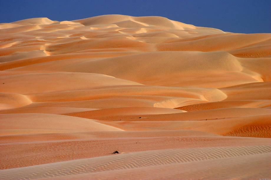 """<strong>13. Areia Branca (RN)</strong>Assim como o próprio nome indica, a cidade de Areia Branca é conhecida pelas suas praias e dunas branquinhas. No entanto, a duna mais famosa é Duna do Rosado, que tem cerca de 10 quilômetros quadrados de extensão e possui vários tons de rosa nas suas areias. O local lembra um deserto e serviu de locação para algumas cenas da novela <em>O Clone</em>, se passando por Marrocos. Além disso, na cidade encontra-se a Ponta do Mel, único lugar do mundo onde o sertão encontra o mar. Esta região é lembrada pela sua massiva produção de sal, a qual rendeu o apelido de """"Terra do Sal""""<strong><a href=""""http://viajeaqui.abril.com.br/materias/atracoes-em-natal-rn"""" rel=""""+ BLabla"""" target=""""_blank"""">+ Fotos: 15 atrações em Natal e no litoral do Rio Grande do Norte</a></strong>"""