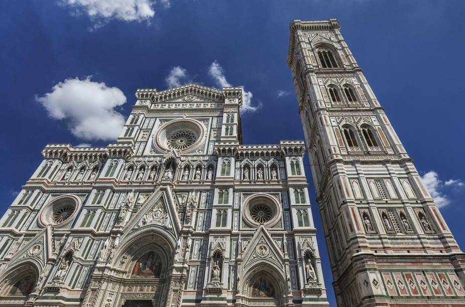 """Vale se esfaldar para subir o <a href=""""https://www.museumflorence.com/monuments/4-bell-tower"""" target=""""_blank"""" rel=""""noopener""""><strong>Campanile de Giotto</strong></a> e ver o <strong>Duomo</strong> de um ângulo único"""