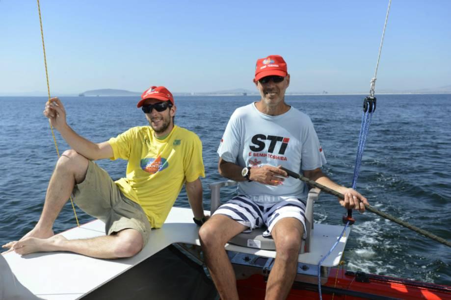 Beto Pandiani <em>(à direita),</em>Igor Bely e o catamarã Picolé durante os treinos para a Travessia do Atlântico. Baleias-francas-austrais nadavam logo ali