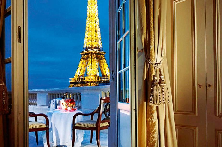 """A sensação de déjà vu é constante: tudo o que se vê na suíte Eifel Duplex Terrace, no <a href=""""https://www.booking.com/hotel/fr/shangri-la-paris.pt-br.html?aid=332455;sid=d98f25c4d6d5f89238aebe98e11a09ba;dest_id=-1456928;dest_type=city;dist=0;group_adults=2;group_children=0;hapos=1;hpos=1;no_rooms=1;room1=A%2CA;sb_price_type=total;sr_order=popularity;srepoch=1569951890;srpvid=fa587cc9b0b201b6;type=total;ucfs=1&#hotelTmpl"""" target=""""_blank"""" rel=""""noopener""""><strong>Hotel Shangri-La</strong></a>, parece que já esteve em algum dos seus sonhos. A começar pela vista para o maior ícone de <a href=""""http://viagemeturismo.abril.com.br/cidades/paris-7/"""" target=""""_blank"""" rel=""""noopener"""">Paris</a>, a <a href=""""http://viagemeturismo.abril.com.br/atracao/torre-eiffel/"""" target=""""_blank"""" rel=""""noopener"""">Torre Eiffel</a>, que parece estar ao alcance da mão. O jantar também seria sonho se não fosse real: são três restaurantes à sua escolha, sendo que um deles, o L'Abeille, possui duas estrelas Michelin. Paris pode até estar acontecendo lá fora, mas quem ligaria?"""