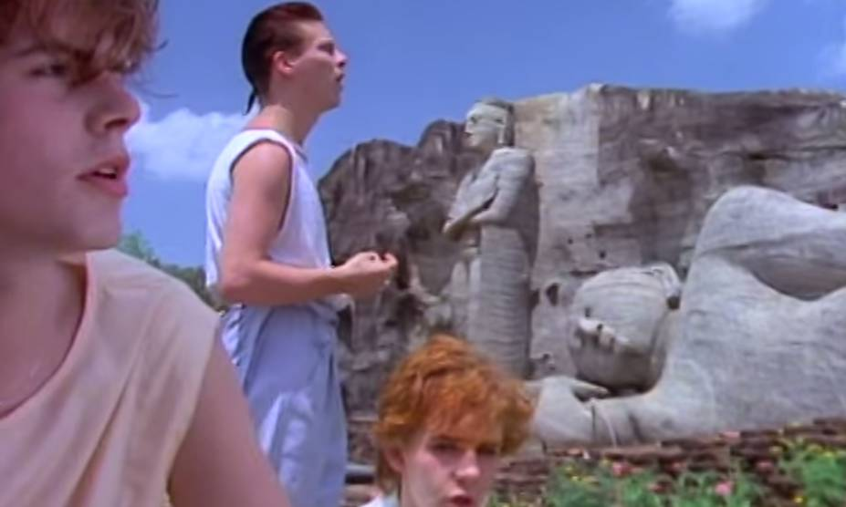 """<strong>15. <a href=""""https://www.youtube.com/watch?v=6Uxc9eFcZyM"""" rel=""""Duran Duran – Save A Prayer"""" target=""""_blank"""">Duran Duran – Save A Prayer</a> - Templos, praias e selva do <a href=""""http://viajeaqui.abril.com.br/paises/sri-lanka"""" rel=""""Sri Lanka"""" target=""""_self"""">Sri Lanka</a></strong>                        Tem mais flashback na área! A banda inglesa fez bonito nas festas de adolescentes nos anos 1980 – e continua entre as favoritas até os dias de hoje quando o assunto é dar um belo <em>remember</em>. O single veio do aclamado álbum <em>Rio</em>, um dos mais elogiados daquela década. <strong><a href=""""https://www.youtube.com/watch?v=6Uxc9eFcZyM"""" rel=""""Assista aqui"""" target=""""_blank"""">Assista aqui</a></strong>"""