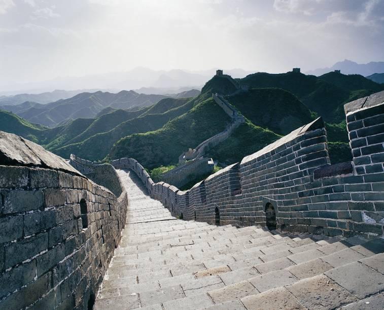 A Muralha da China pode ser visitada em diversos trechos próximos a Pequim, como em Badalin, Simantai, Huanghua e Mutianyu. Algumas partes dos muros foram toscamente reconstruídos, enquanto que outros estão em deplorável estado de conservação, mas de qualquer forma não deixa de ser um passeio com vistas impressionantes
