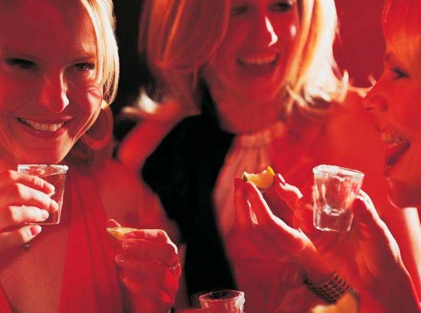 """<strong>Tequila </strong><strong>–</strong><strong> <a href=""""http://viajeaqui.abril.com.br/paises/mexico"""" rel=""""México"""" target=""""_blank"""">México</a></strong><br />  Sal, limão, um shot de tequila e muita farra. Bebida oficial dos americanos que invadem <a href=""""http://viajeaqui.abril.com.br/cidades/mexico-cancun"""" rel=""""Cancún"""" target=""""_blank""""><strong>Cancún</strong></a> e dos restaurantes tex-mex dos dois lados da fronteira (e além), a tequila era uma bebida razoavelmente desconhecida a até bem pouco tempo. Um forte marketing e boa administração de marca levaram o destilado de agave azul a bares de todo o planeta para ser consumido puro, com a dupla sal-limão ou em coquetéis como <strong>Margarita </strong>e <strong>Tequila Sunrise</strong>.<br />  <strong>Teor alcoólico médio</strong><strong>:</strong> 40%"""