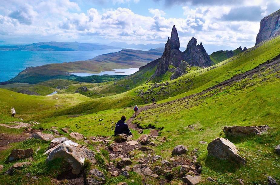 """A noroeste do país, está o Old Man of Storr, uma formação rochosa natural localizada na ilha de Skye. A rocha serviu de cenário para o filme Prometeus, de Ridley Scott (2012)            <strong>LEIA MAIS: <a href=""""http://viajeaqui.abril.com.br/materias/fotos-grandes-destinos-no-reino-unido"""" rel=""""blabal"""" target=""""_blank"""">Doze melhores destinos no Reino Unido, a partir de Londres</a></strong>"""