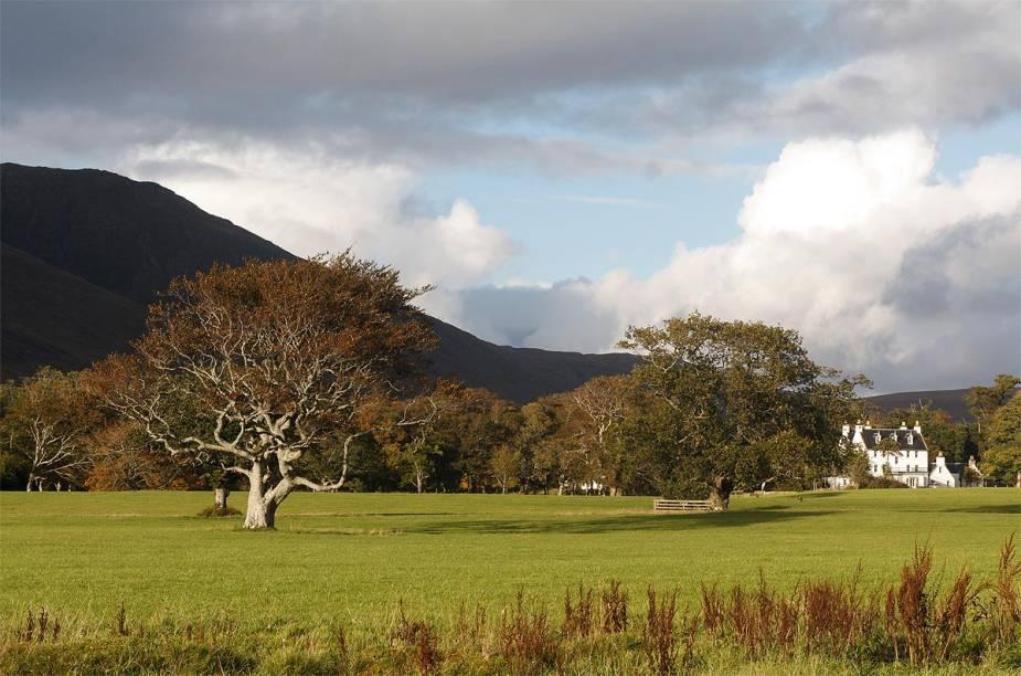 """Cenário típico da ilha de Skye, no noroeste da <a href=""""http://viajeaqui.abril.com.br/paises/escocia"""" rel=""""Escócia"""" target=""""_blank"""">Escócia</a>"""