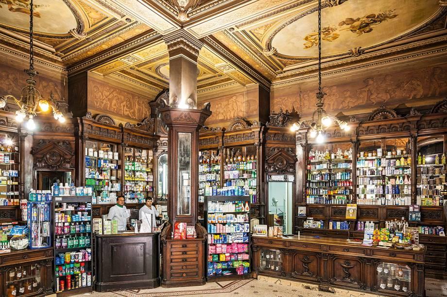 """<strong>14. <a href=""""http://farmaciadelaestrella.com"""" rel=""""Farmacia de la Estrella"""" target=""""_blank"""">Farmacia de la Estrella</a></strong> (200 metros)    Fundada em 1834, até hoje conserva seus móveis e murais originais. Atualmente a farmácia pertence ao Museu da Cidade, mas continua funcionando comercialmente.<em>Calle Defensa, 201</em>"""