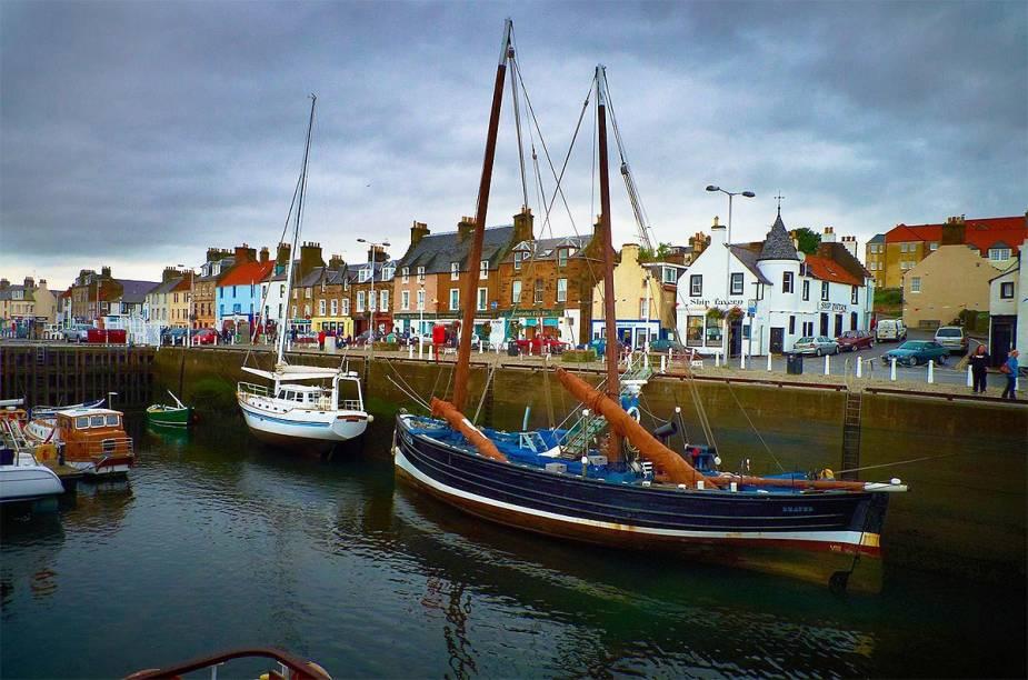 """Ao norte de <a href=""""http://viajeaqui.abril.com.br/cidades/escocia-edimburgo"""" rel=""""Edimburgo"""" target=""""_blank"""">Edimburgo</a>, está o porto Neuk of Fife - na foto, os barcos """"descansam"""" após uma tempestade"""