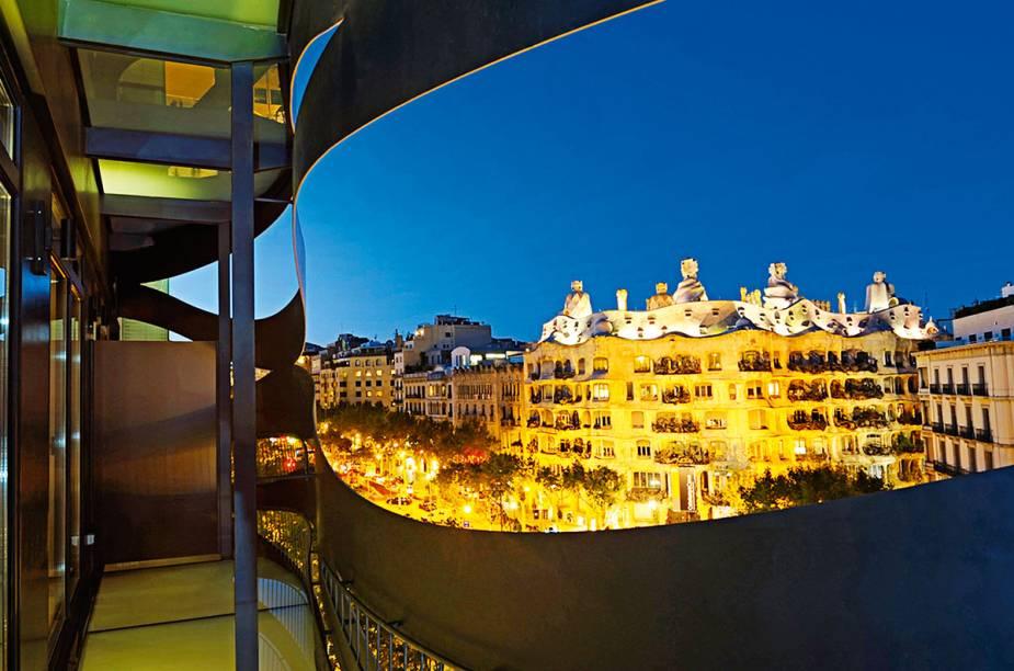 """Quando o arquiteto japonês Toyo Ito foi convidado para reformar um prédio no Passeig de Gràcia, o endereço mais célebre de <a href=""""http://viagemeturismo.abril.com.br/cidades/barcelona-2/"""" target=""""_blank"""" rel=""""noopener"""">Barcelona</a>, ele decidiu prestar uma homenagem ao também arquiteto Antoni Gaudí. O <a href=""""https://www.booking.com/hotel/es/suites-avenue.pt-br.html?aid=332455&sid=d98f25c4d6d5f89238aebe98e11a09ba&dest_id=-372490&dest_type=city&group_adults=2&group_children=0&hapos=1&hpos=1&no_rooms=1&sr_order=popularity&srepoch=1569951917&srpvid=38927cd6bf2b0060&ucfs=1&from=searchresults;highlight_room=#hotelTmpl"""" target=""""_blank"""" rel=""""noopener""""><strong>Suites Avenue</strong></a> ganhou uma fachada ondulada feita de lâminas de aço que dialogam com a não menos ondulada Pedrera, um dos projetos mais famosos do catalão, que se avista, majestoso, da varanda de alguns apartamentos."""