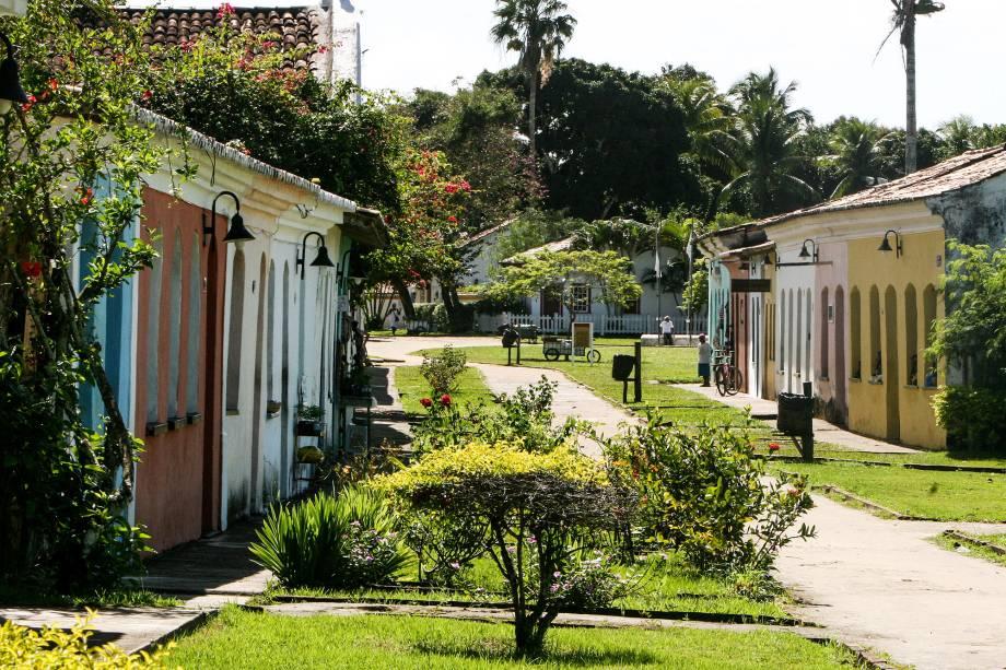 """<strong><a href=""""http://viajeaqui.abril.com.br/cidades/br-ba-porto-seguro"""" target=""""_self"""">Porto Seguro</a>, <a href=""""http://viajeaqui.abril.com.br/estados/br-bahia"""" target=""""_self"""">Bahia</a></strong> A história conta que foi aqui que a colonização do país se iniciou. Até hoje, suas ruas preservam referências ao descobrimento, que incluem até mesmo as ruínas da primeira igreja e da primeira escola construídas em terras tupiniquins. Muitas de suas antigas construções seguem preservadas, sobretudo na Costa do Descobrimento, que inclui a região de <a href=""""http://viajeaqui.abril.com.br/cidades/br-ba-santa-cruz-cabralia"""" target=""""_self"""">Santa Cruz Cabráli</a><a href=""""http://viajeaqui.abril.com.br/cidades/br-ba-santa-cruz-cabralia"""" target=""""_self"""">a</a> -onde a primeira missa do país teria se realizado. O turismo local é muito movimentado graças às viagens de formatura de adolescentes do Ensino Médio <em><a href=""""http://www.booking.com/city/br/porto-seguro.pt-br.html?aid=332455&label=viagemabril-cidades-historicas-do-brasil"""" target=""""_blank"""">Veja preços de hotéis em Porto Seguro no Booking.com</a></em>"""