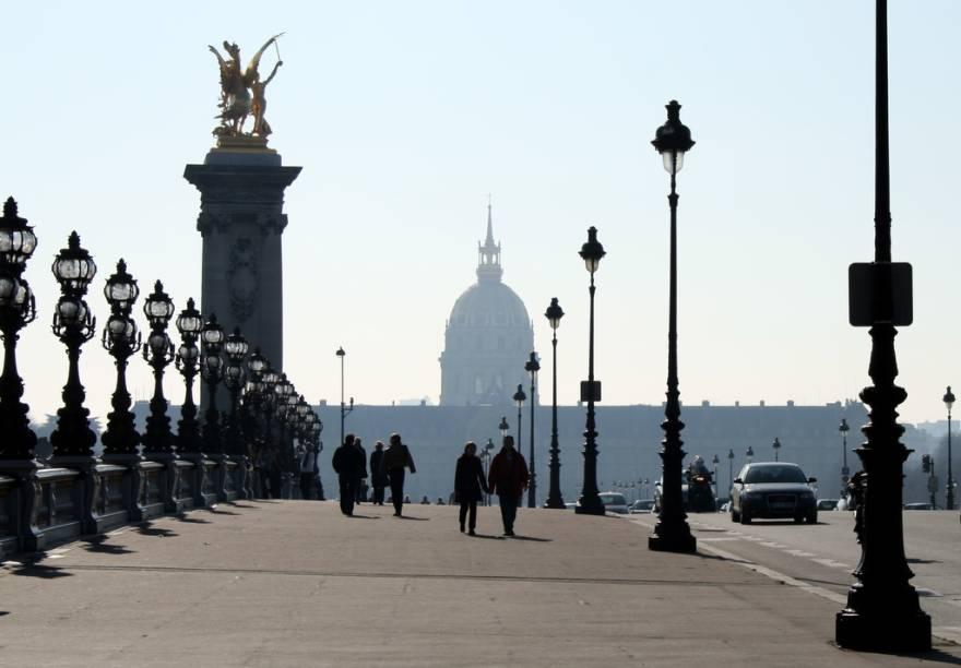 """<a href=""""http://viajeaqui.abril.com.br/cidades/franca-paris"""" rel=""""Paris, França""""><strong>Paris, França</strong></a> -Caminhar por Paris é uma das formas mais interessantes para quem quer conhecer melhor a cidade e seu modo de vida, com a vantagem de que muitos pontos turísticos estão próximos, como o Museu do Louvre, o Place de la Concorde e o Arco do Triunfo. Por toda a cidade, há estações de aluguel de bicicletas - programa público exportado para o mundo - e, mais recentemente, já é possível contar com um sistema de compartilhamento de carro elétrico, o Autolib. Na foto, o Palácio dos Inválidos"""