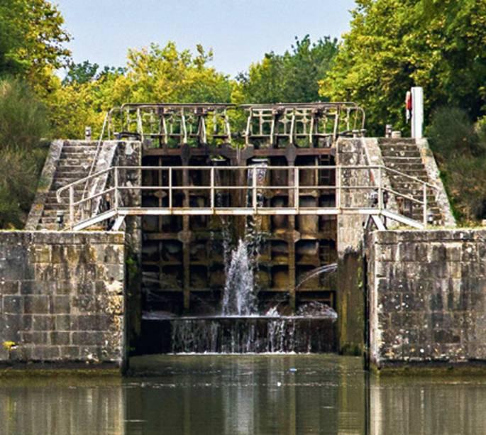O percurso tem 65 eclusas, os elevadores aquáticos que permitem aos barcos subir ou descer em trechos onde há diferença no nível do leito das águas. A maioria fica perto de Carcassonne. Nelas há um funcionário para ajudar a manejar o barco se necessário.