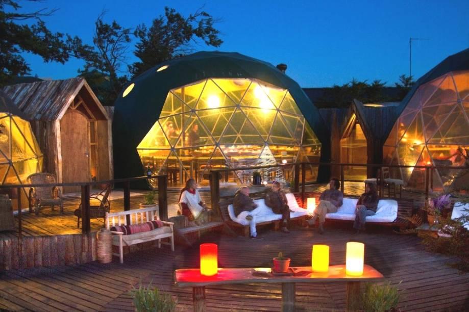 As tendas centrais do EcoCamp servem como espaçosas áreas onde os viajantes fazem as refeições e podem bater papo