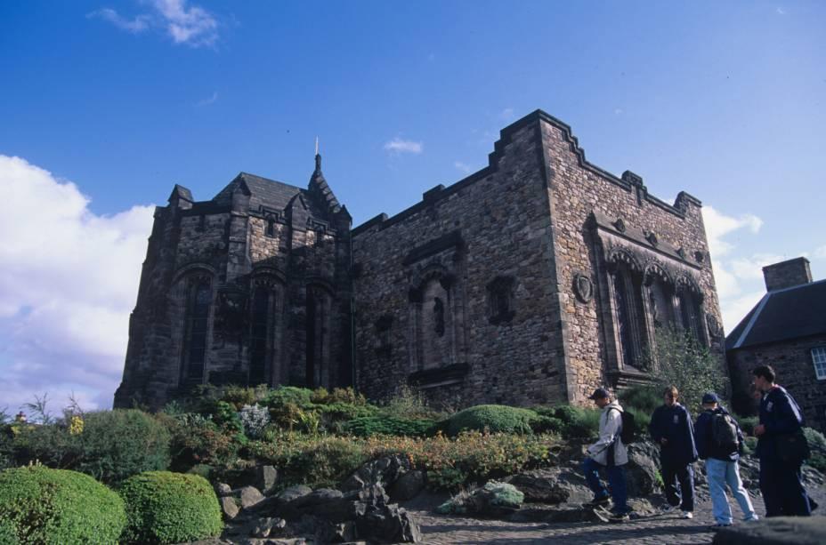 """<a href=""""http://viajeaqui.abril.com.br/cidades/escocia-edimburgo"""" rel=""""Edimburgo, Escócia""""><strong>Edimburgo, Escócia</strong></a> -Repleta de história, mas ainda possuindo uma sensação de vanguarda contemporânea, Edimburgo é compacta o suficiente para descobrir a pé, diz a Frommers. A capital da Escócia está repleta de arquitetura e história visível, sendo que muitas das atrações são centradas em torno da Royal Mile, a zona mais velha e medieval da cidade. Na foto, o castelo de Edimburgo"""
