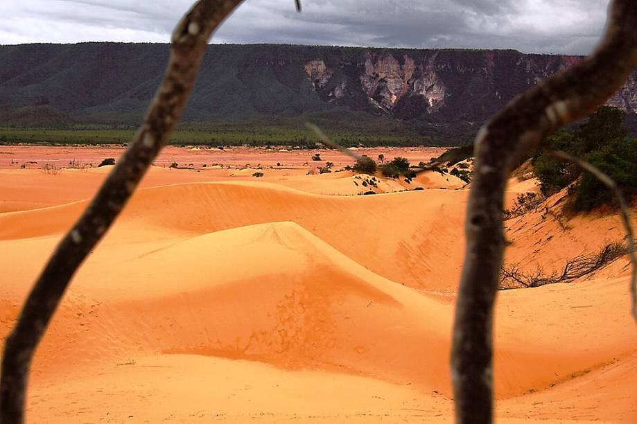 """<strong>1. <a href=""""http://viajeaqui.abril.com.br/estabelecimentos/br-to-mateiros-atracao-parque-estadual-do-jalapao"""" rel=""""Jalapão (TO)"""" target=""""_blank"""">Jalapão (TO)</a></strong>    Dunas de 30 metros de altura no meio do Cerrado brasileiro, longe do oceano e longe de um deserto. Parece estranho, mas assim é o <a href=""""http://viajeaqui.abril.com.br/estabelecimentos/br-to-mateiros-atracao-parque-estadual-do-jalapao"""" rel=""""Jalapão"""" target=""""_self"""">Jalapão</a>. Os montes de areia alaranjada – areia de quartzo – , são formados pela erosão permanente da Serra do Espírito Santo. Do topo das dunas há uma das melhores vistas panorâmicas da região, principalmente durante o pôr do sol – tudo se tinge de laranja, vermelho, magenta e azul. Some a esta paisagem os riachos que brotam do solo, as cachoeiras, as piscinas cristalinas, o capim dourado e a sensação de estar totalmente longe da civilização"""