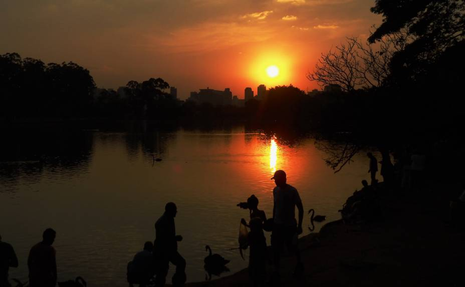 """Reflexo do pôr do sol no lago do <a href=""""http://viajeaqui.abril.com.br/estabelecimentos/br-sp-sao-paulo-atracao-parque-do-ibirapuera"""" rel=""""Parque do Ibirapuera"""" target=""""_blank"""">Parque do Ibirapuera</a>, em <a href=""""http://viajeaqui.abril.com.br/cidades/br-sp-sao-paulo"""" rel=""""São Paulo"""" target=""""_blank"""">São Paulo</a> (<a href=""""http://viajeaqui.abril.com.br/estados/br-sao-paulo"""" rel=""""SP"""" target=""""_blank"""">SP</a>)"""