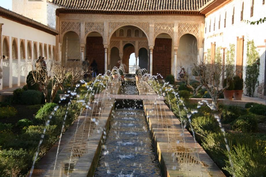 """<strong>Generalife, Espanha</strong>        Na imensa vega árida da Andaluzia, o palácio Alhambra, em <a href=""""http://viajeaqui.abril.com.br/cidades/espanha-granada"""" rel=""""Granada"""" target=""""_blank"""">Granada</a>, é uma joia arquitetônica que mantém-se como símbolo maior e mais duradouro da presença árabe na Europa. O palácio de verão Generalife, logo ao lado, era um oásis repleto de jardins que traziam um bem-vindo frescor ao ambiente, repleto de espelhos dágua, fontes e pátios. A escadaria cujo corrimão é uma corrente de água é de delicada sensibilidade."""
