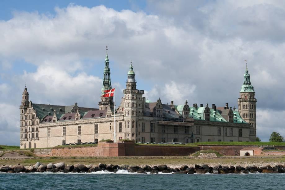 """<strong>Castelo Kronborg, <a href=""""http://viajeaqui.abril.com.br/paises/dinamarca"""" rel=""""Dinamarca"""" target=""""_blank"""">Dinamarca</a></strong>                    O ar misterioso do Castelo Kronborg, em Helsingor, serviu de pano de fundo perfeito para a peça Hamlet, de William Shakespeare. Seu ar lúgubre guardando o estreito de Oresund, entre a <a href=""""http://viajeaqui.abril.com.br/paises/dinamarca"""">Dinamarca</a> e a <a href=""""http://viajeaqui.abril.com.br/paises/suecia"""">Suécia</a>, dá à imponente construção um ar de inexpugnabilidade e majestade. Construído a partir do século 15, é listado como patrimônio da humanidade desde 2000"""