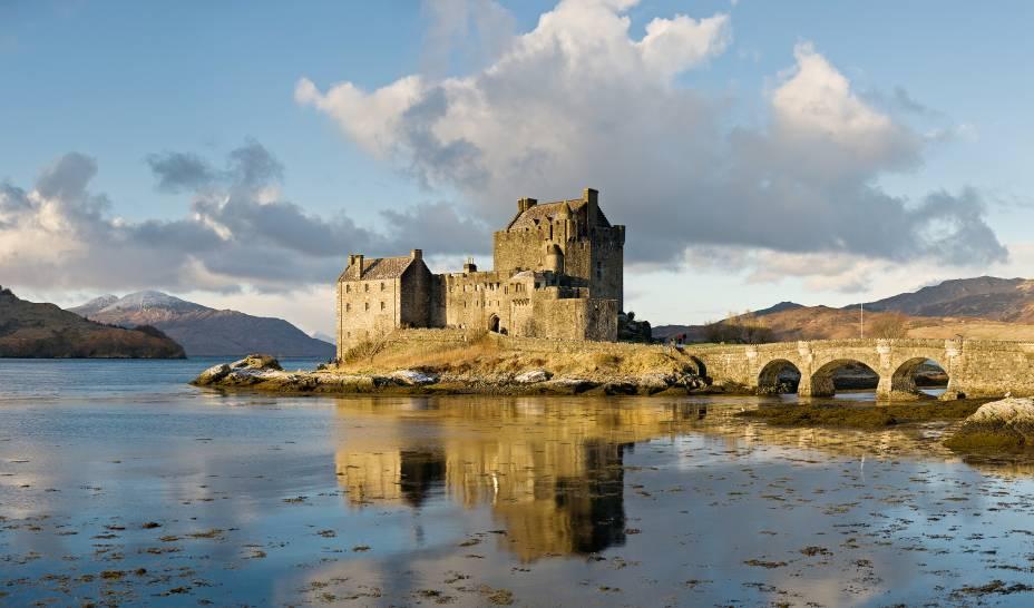 """<strong>Eilean Donan, <a href=""""http://viajeaqui.abril.com.br/paises/escocia"""" rel=""""Escócia"""" target=""""_blank"""">Escócia</a></strong>                            O protótipo do castelo mal-assombrado escocês, <a href=""""http://viajeaqui.abril.com.br/estabelecimentos/reino-unido-highlands-atracao-eilean-donan-castle"""">Eilean Donan</a> possui não só uma localização cênica, em uma ilhota no Loch Duich, mas também uma arquitetura com todos os elementos dramáticos básicos. A pequena edificação já foi utilizada em dezenas de filmes e comerciais, como a fita de ação <em>Highlander</em> (1986)"""