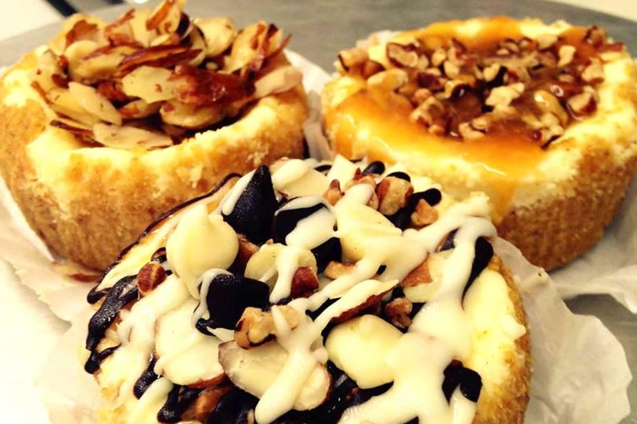 """<strong><a href=""""http://www.eileenscheesecake.com/"""" rel=""""Eileens Special Cheesecake"""" target=""""_blank"""">Eileens Special Cheesecake</a></strong>            É considerado o melhor cheesecake de Nova York, com opções que variam entre blueberry, cereja, abacaxi e outros. Também serve outras opções de doces, como cupcakes, mousses e tortas.<em>17 Cleveland Place, 10012</em>"""