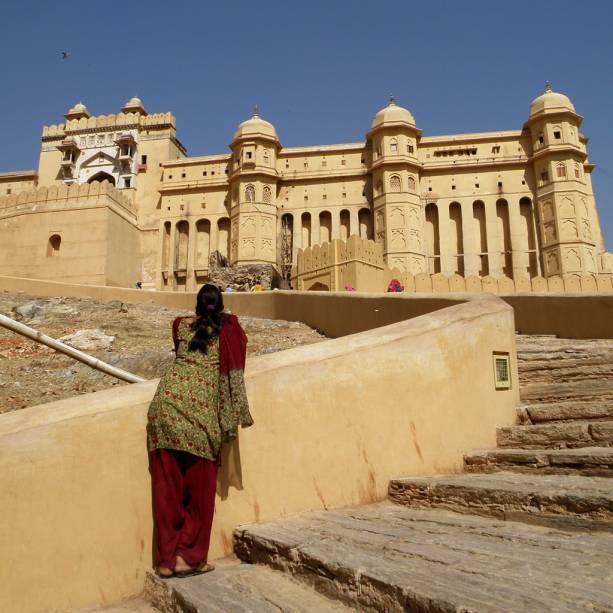 Mulher admira as muralhas do Forte Amber, em Jaipur, listado como patrimônio da humanidade pela Unesco