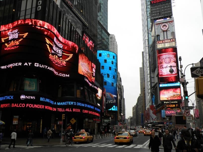 Times Square recebe 26 milhões de pessoas por ano. Para anunciar nos outdoors dos prédios é preciso pagar de US$ 5 mil a US$ 20 mil por mês