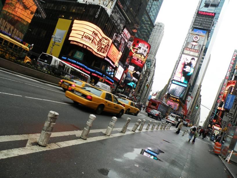 A Times Square lota na virada do ano: são milhares de pessoas que se juntam para ver a bola de neon descer no One Times Square
