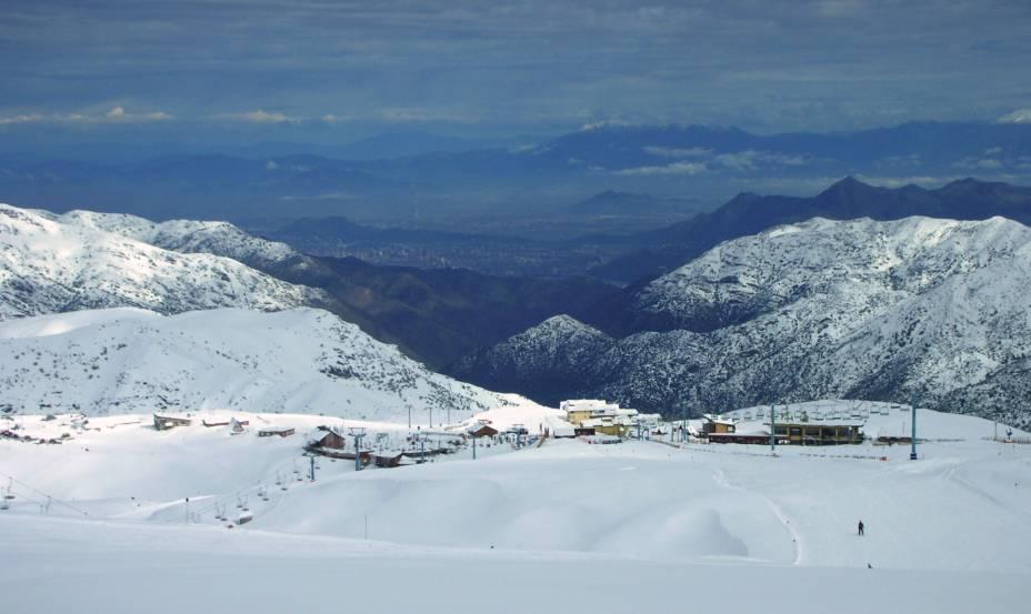 """<strong>El Colorado, <a href=""""http://viajeaqui.abril.com.br/paises/chile"""" rel=""""Chile"""" target=""""_blank"""">Chile</a></strong>    Queridinha entre os chilenos durante o fim de semana, El Colorado fica colada à Farellones e, por isso, é também uma das mais antigas do Chile. O clima íntimo da estação molda toda a sua configuração. Por isso, ela é ski in/ski out, ou seja, as 18 elevações que levam às 22 pistas ficam entre as casas e hotéis da cidade"""