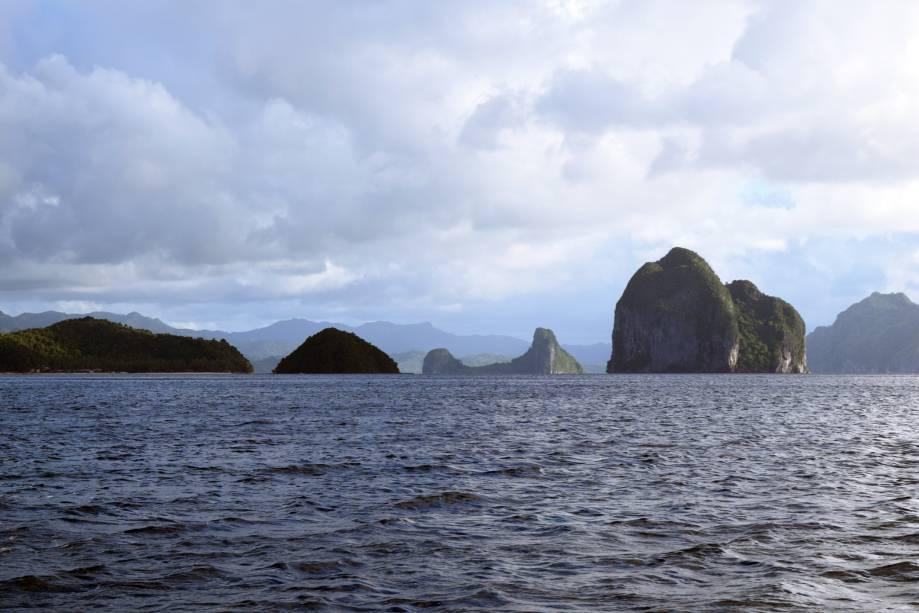 """<strong>El Nido, Filipinas</strong>    Localizada em uma área de proteção ambiental, a praia é cercada por um cenário composto por um rico ecossistema. Em alto mar, há formações rochosas, por onde passam barcos – um passeio convidativo na região    <em><a href=""""http://www.booking.com/city/ph/el-nido.pt-br.html?aid=332455&label=viagemabril-praias-da-malasia-tailandia-indonesia-e-filipinas"""" rel=""""Veja preços de hotéis em El Nido no Booking.com"""" target=""""_blank"""">Veja preços de hotéis em El Nido no Booking.com</a></em>"""