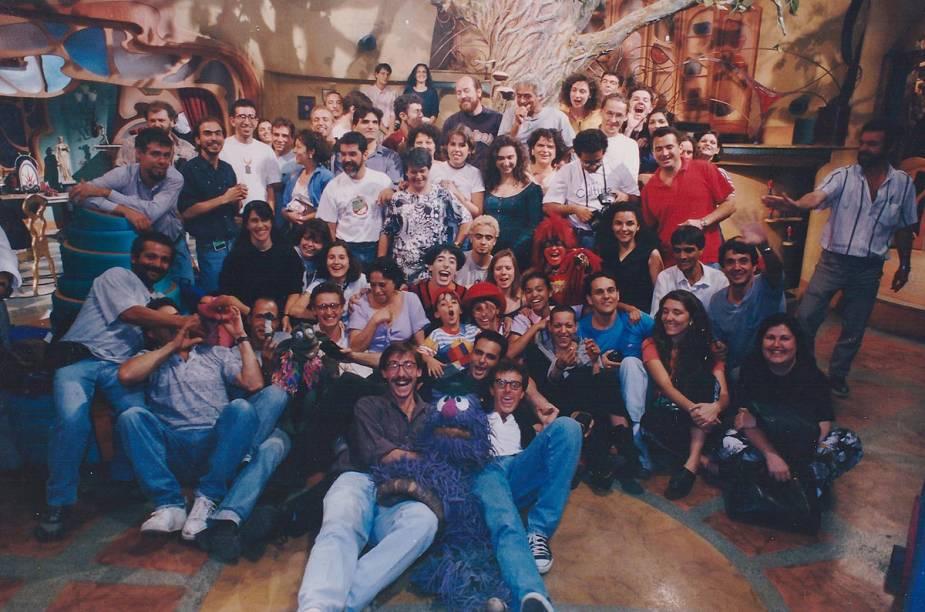 Foto para a posteridade: o elenco e a equipe técnica do programa Castelo Rá-Tim-Bum posam animados durante um intervalo nas filmagens dos episódios