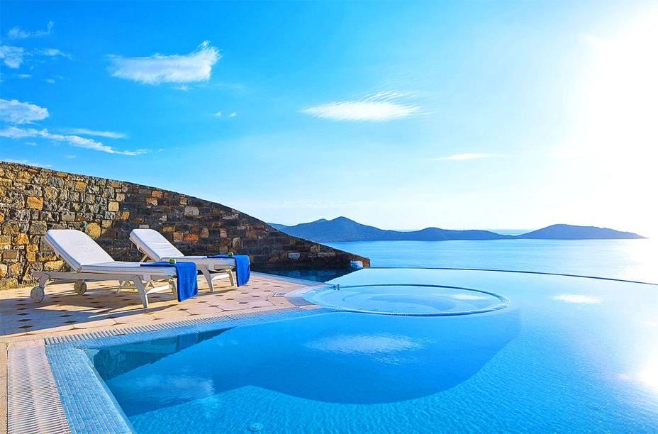"""São muitos os atrativos para quem se hospeda por aqui. Entre eles: uma bela piscina com vista para o Mar Mediterrâneo, quartos extremamente luxuosos e confortáveis e boa comida <em><a href=""""http://www.booking.com/hotel/gr/elounda-gulf-villas-suites.pt-br.html?aid=332455&label=viagemabril-as-piscinas-mais-incriveis-do-mundo"""" target=""""_blank"""">Veja os preços do Elounda Gulf Villas no Booking.com</a></em>"""