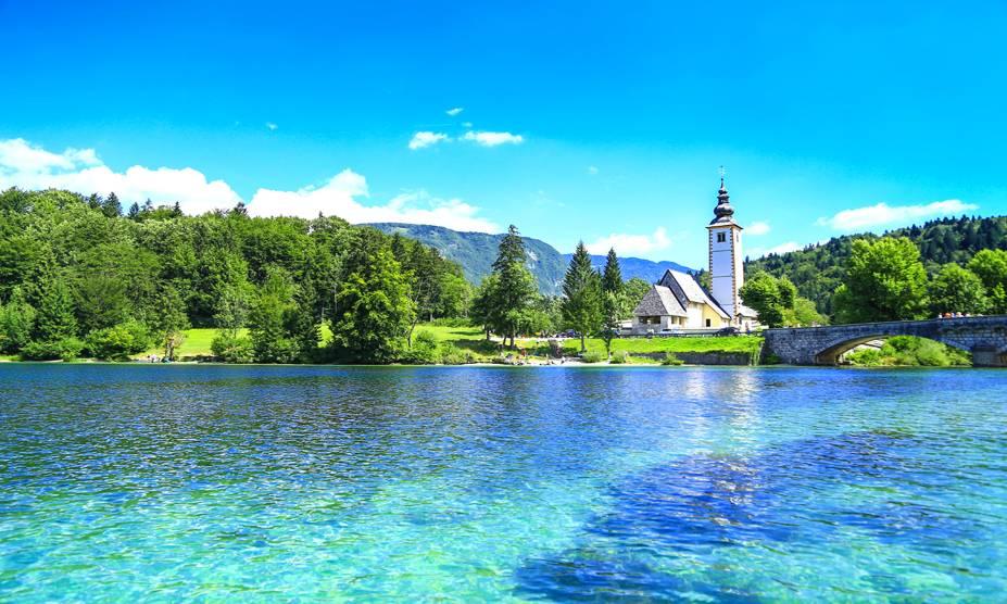"""<strong>Parque Nacional do Triglav, Eslovênia</strong> É o único parque do país, com uma extensão de mais de oitenta mil hectares. Cercado pelo monte homônimo, considerado o pico mais alto da Eslovênia, o parque abriga o lindo Lago Bohinj, ideal para ser visitado durante o verão <em><a href=""""https://www.booking.com/searchresults.pt-br.html?aid=332455&sid=b6bf542626b1a2c7a9951e44506f270a&sb=1&src=searchresults&src_elem=sb&error_url=https%3A%2F%2Fwww.booking.com%2Fsearchresults.pt-br.html%3Faid%3D332455%3Bsid%3Db6bf542626b1a2c7a9951e44506f270a%3Btmpl%3Dsearchresults%3Bac_click_type%3Db%3Bac_position%3D0%3Bclass_interval%3D1%3Bdest_id%3D3630%3Bdest_type%3Dregion%3Bdtdisc%3D0%3Bfrom_sf%3D1%3Bgroup_adults%3D2%3Bgroup_children%3D0%3Binac%3D0%3Bindex_postcard%3D0%3Blabel_click%3Dundef%3Bno_rooms%3D1%3Boffset%3D0%3Bpostcard%3D0%3Braw_dest_type%3Dregion%3Broom1%3DA%252CA%3Bsb_price_type%3Dtotal%3Bsearch_selected%3D1%3Bshw_aparth%3D1%3Bslp_r_match%3D0%3Bsrc%3Dsearchresults%3Bsrc_elem%3Dsb%3Bsrpvid%3D679f7f6db339007f%3Bss%3DParque%2520Nacional%2520de%2520Yosemite%252C%2520Estados%2520Unidos%3Bss_all%3D0%3Bss_raw%3DParque%2520Nacional%2520de%2520Yosemite%3Bssb%3Dempty%3Bsshis%3D0%3Bssne%3DYellowstone%2520National%2520Park%2520West%2520Entrance%3Bssne_untouched%3DYellowstone%2520National%2520Park%2520West%2520Entrance%3Btop_ufis%3D1%26%3B&ss=Centro+de+Informa%C3%A7%C3%B5es+do+Parque+Nacional+Triglav%2C+Bohinj%2C+Gorenjska%2C+Eslov%C3%AAnia&is_ski_area=&ssne=Parque+Nacional+Yosemite&ssne_untouched=Parque+Nacional+Yosemite&checkin_monthday=&checkin_month=&checkin_year=&checkout_monthday=&checkout_month=&checkout_year=&group_adults=2&group_children=0&no_rooms=1&from_sf=1&ss_raw=Parque+Nacional+do+Triglav&ac_position=0&ac_langcode=xb&ac_click_type=b&dest_id=94393&dest_type=landmark&place_id_lat=46.380383648786&place_id_lon=13.7526458668488&search_pageview_id=679f7f6db339007f&search_selected=true&search_pageview_id=679f7f6db339007f&ac_suggestion_list_length=1&ac_suggestion_theme_list"""