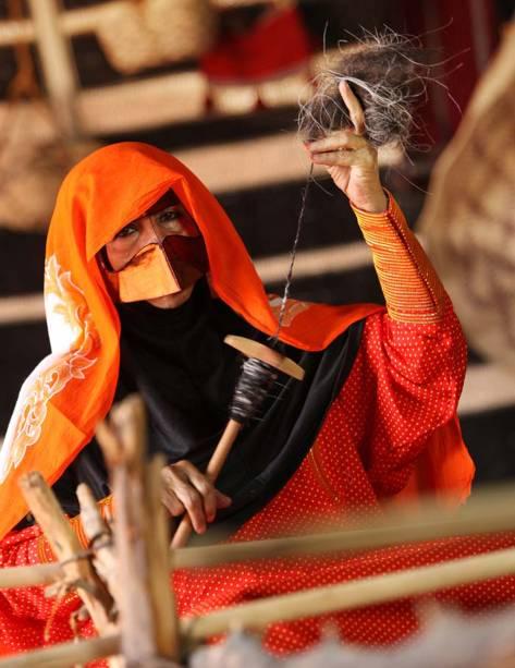 O <strong>Al Sadu </strong>é uma tradicional forma de tear praticada pelas mulheres beduínas das comunidades rurais dos <strong>Emirados Árabes Unidos</strong>. Os homens tosam ovelhas, camelos e cabras enguanto as mulheres se reúnem para tecer, cantar e recitar poemas