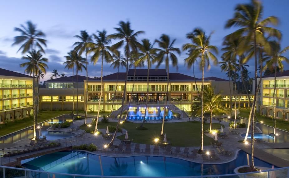 """<a href=""""http://viajeaqui.abril.com.br/estabelecimentos/br-pe-porto-de-galinhas-hospedagem-enotel-resort-spa"""" rel=""""Enotel Resort & Spa"""" target=""""_blank""""><strong>Enotel Convention & Spa</strong></a>        Primeiro <em>all inclusive</em> de Porto de Galinhas, o Enotel Resort & Spa investiu em um design moderno e minimalista em seus 348 apartamentos, que estão praticamente com o pé na areia de um dos trechos mais tranquilos da Praia do Cupe. O foco do resort são os eventos - há 15 salas de reunião, além de um auditório para 450 pessoas."""