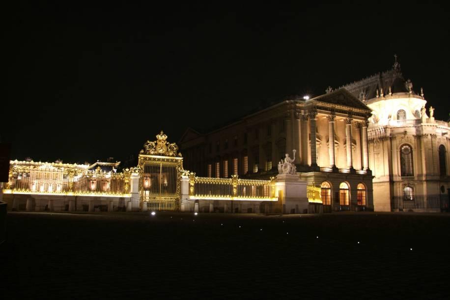 Entrada principal do Palácio de Versalhes, com o edifício da Capela Real à direita