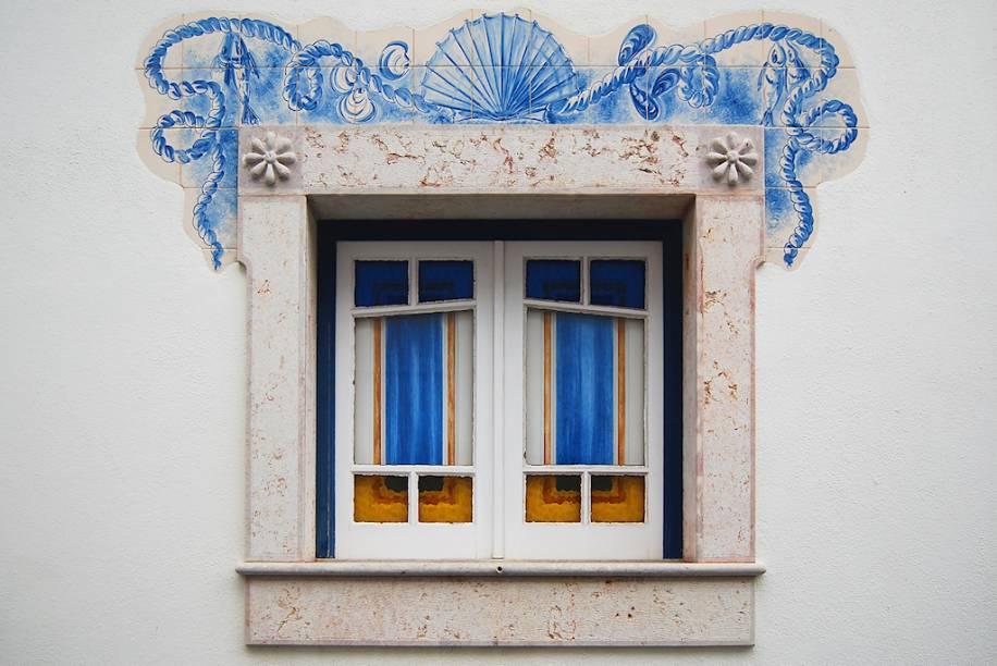 """<strong>Ericeira, <a href=""""http://viajeaqui.abril.com.br/paises/portugal"""" rel=""""Portugal"""" target=""""_blank"""">Portugal</a></strong>            Ericeira talvez seja o lar das mais belas janelas. Extremamente originais, com seus contornos supercriativos, elas são um charme só!"""