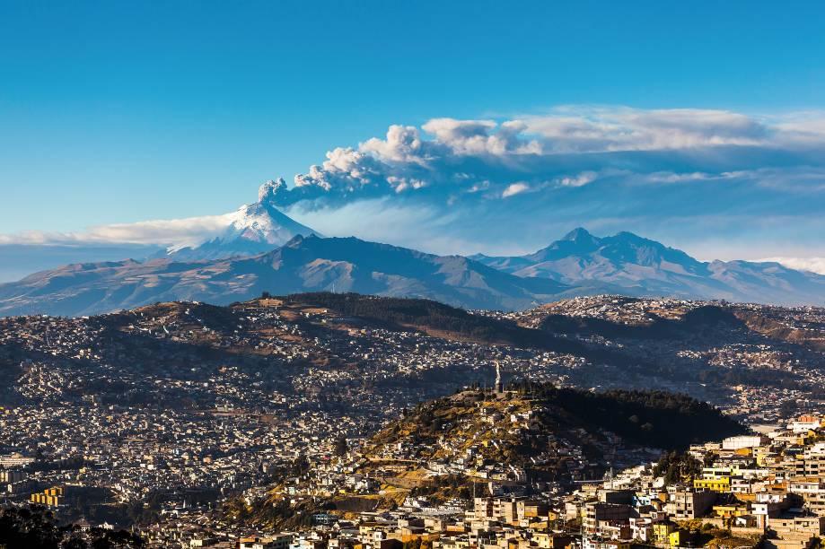 """<a href=""""http://viajeaqui.abril.com.br/paises/equador"""" target=""""_blank"""" rel=""""noopener""""><strong>Cotopaxi, Equador</strong></a> Localizado a apenas 50km de <a href=""""http://viajeaqui.abril.com.br/cidades/equador-quito"""" target=""""_blank"""" rel=""""noopener"""">Quito</a>, é a segunda maior montanha do <a href=""""http://viajeaqui.abril.com.br/paises/equador"""" target=""""_blank"""" rel=""""noopener"""">Equador</a> e um dos mais altos vulcões ativos do mundo, com 5.911 metros de altitude. Teoricamente, seu nome significa """"pescoço da Lua"""" em uma das dezenas de línguas indígenas locais. Atividades vulcânicas moderadas têm ocorrido ultimamente, sendo que gases e uma pequena quantidade de cinzas foram expelidas em janeiro de 2016. Emissões de dióxido sulfúrico estão em níveis de pré-erupção, então verifique as atividades vulcânicas do local antes de confirmar seu passeio até lá"""