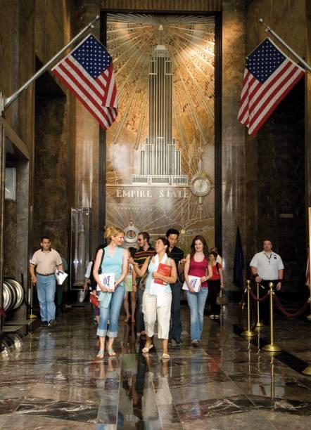 """Para quem curte viajar para aprender línguas, há uma unidade da escola de inglês <a href=""""http://www.kaplaninternational.com/schools/usa/english-language-study-new-york.aspx"""" rel=""""Kaplan"""" target=""""_blank"""">Kaplan</a> no 63º andar do edifício mais famoso da cidade, o Empire State Building."""