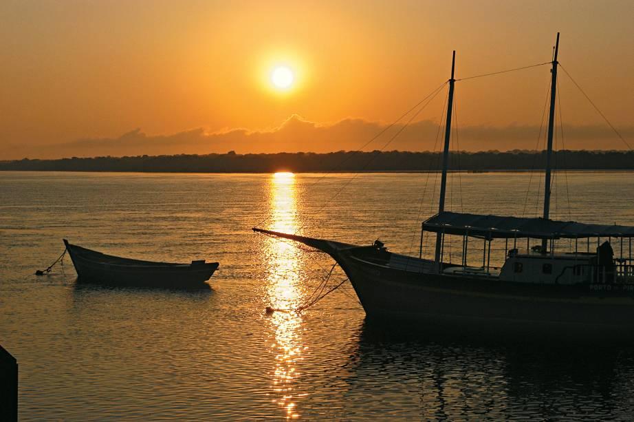 Escuna durante pôr-do-sol