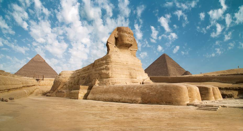 No platô onde as pirâmides estão localizadas, na região metropolitana do Cairo, a grande Esfinge recebia os visitantes que chegavam às tumbas faraônicas (as pirâmides) a partir do rio Nilo